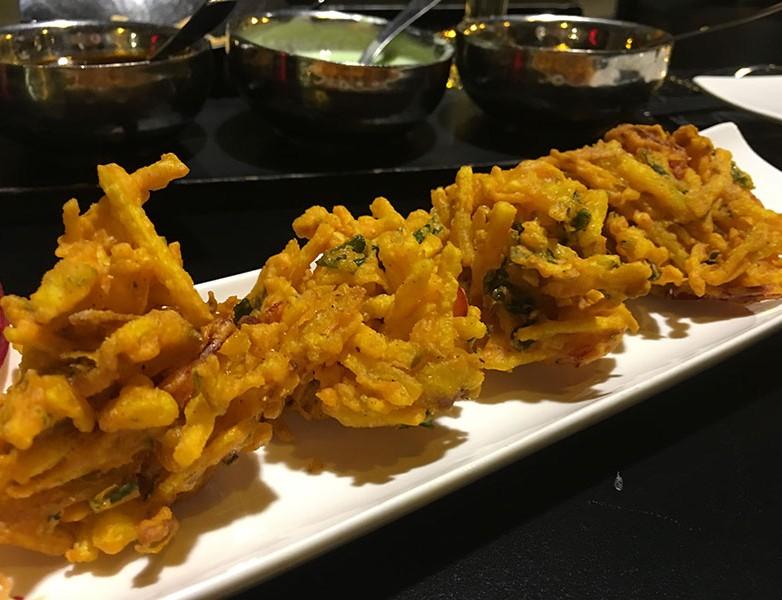 Entrante pakora – Tempura vegetal estilo indio en harina de garbanzos, especias y hierbas frescas