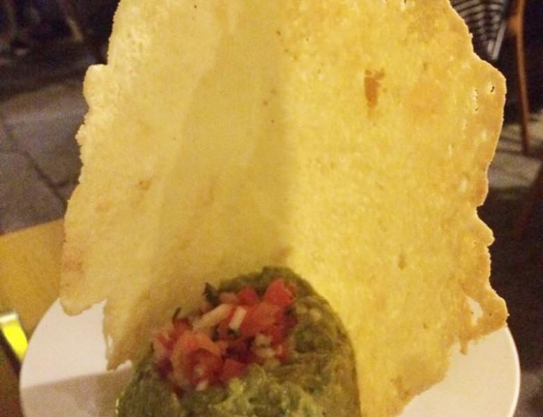 Chicharrón de queso (Crujiente de queso con guacamole)