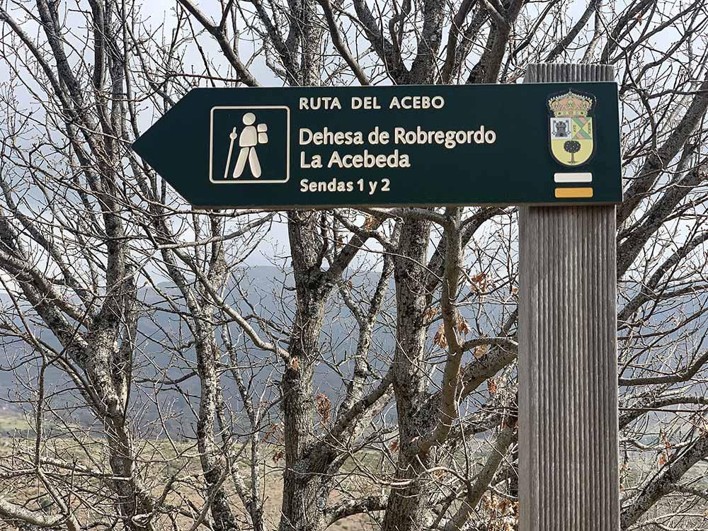 Indicación de la ruta de senderismo a la acebeda de Robregordo