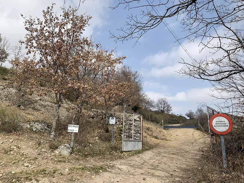 En la ruta de senderismo a la acebeda de Robregordo se atraviesan una puerta metálica y una cancela