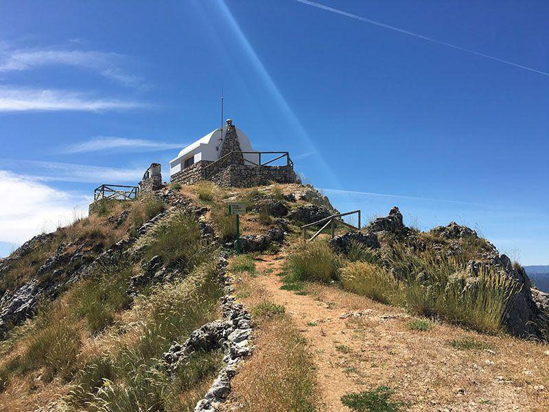 Ruta de senderismo Las Acebeas - Navalperal - Caseta de vigilancia en lo alto de la cumbre