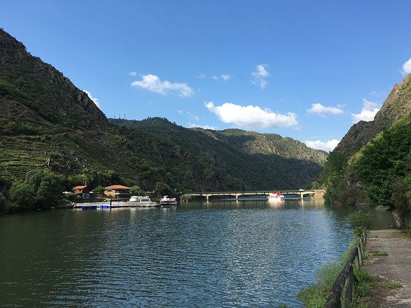 Ruta en barco por el Sil - Puente con la frontera provincial