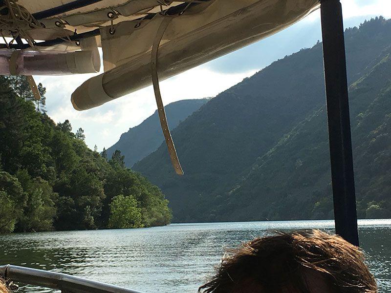 Ruta en barco por el Sil - Navegando