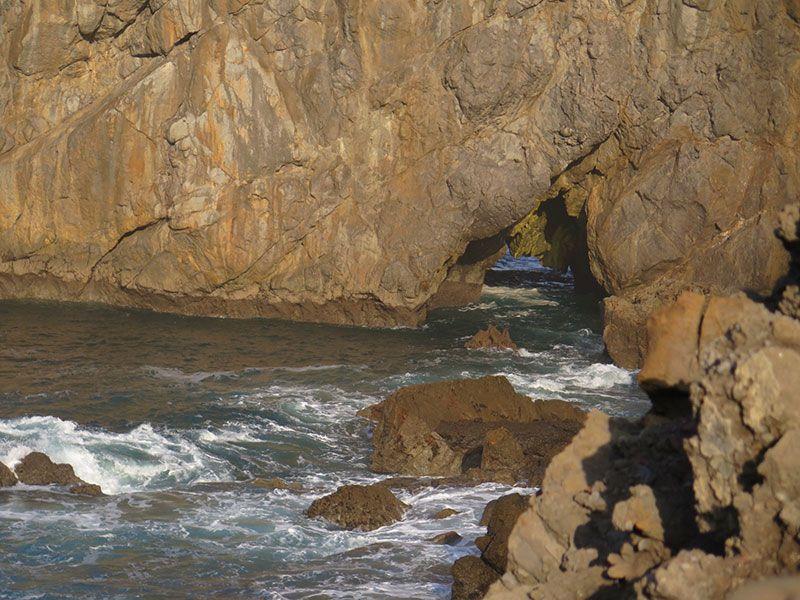 San Juan de Gaztelugatxe - Cuevas