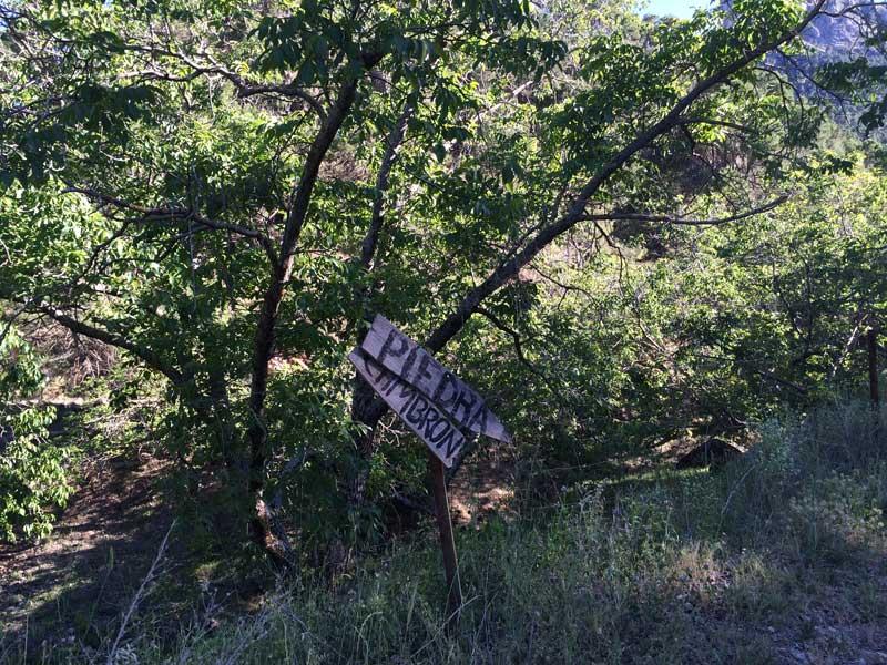 Indicación de madera para subir a la la Piedra del Cambrón