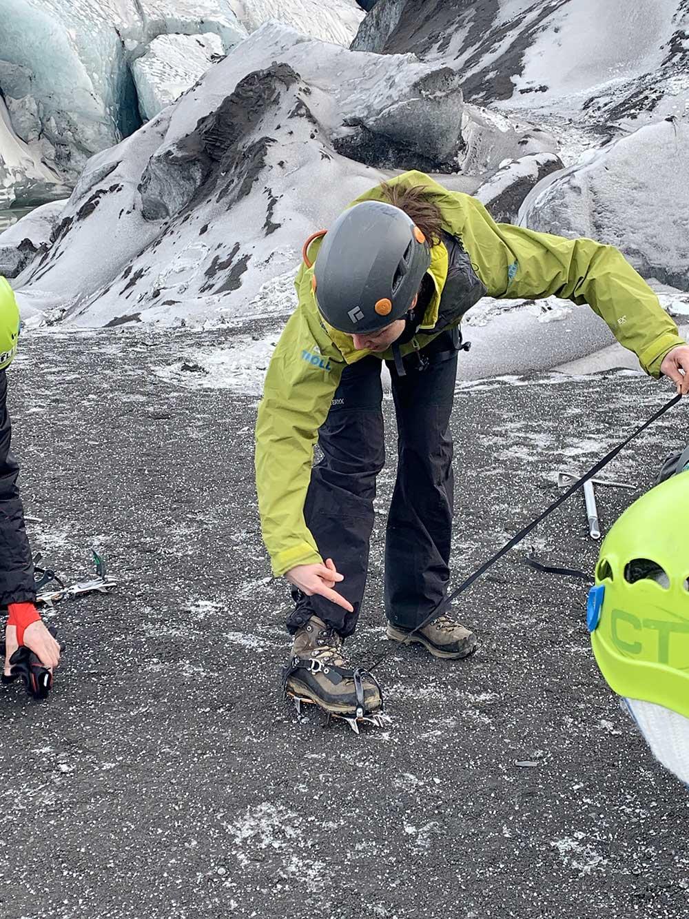 Senderismo por glaciares en Islandia - Sólheimajökull - Lección para atarnos los crampones