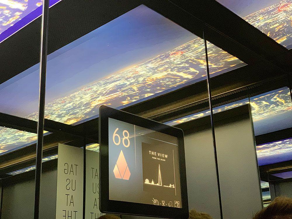 El techo de los ascensores que suben a The View está forrado de pantallas