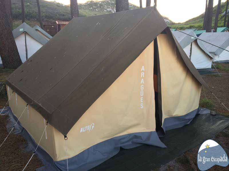 Tienda sencilla del camping para dormir en las Islas Cíes