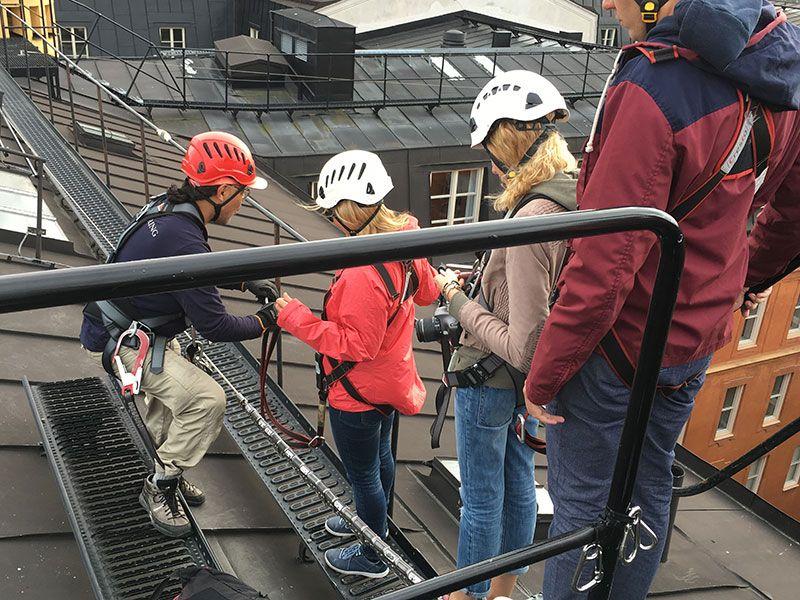 Tour por los tejados de Estocolmo - Anclaje a la cuerda de sujección