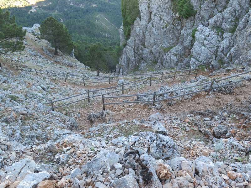 Tramo de pendiente con escalones para subir a la Piedra del Cambrón