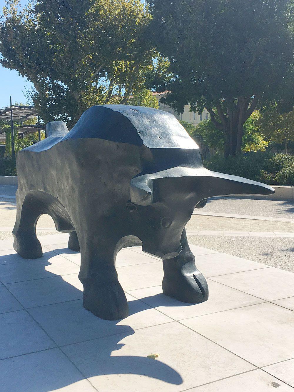 Escapadas en tren desde Barcelona al Sur de Francia - Nîmes - Estatua de un toro