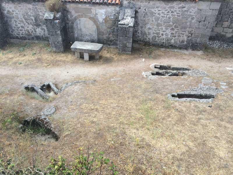 Tumbas abiertas en las inmediaciones del Castillo de Trevejo