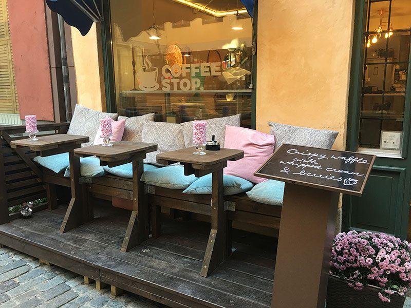 Un paseo por Gamla Stan - Estocolmo - Mesitas de una cafetería