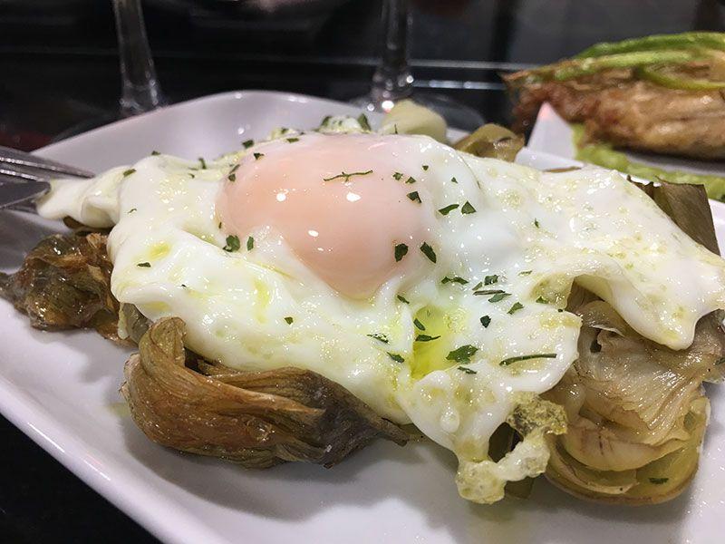 Verduras de Tudela - Navarra - Mejores pintxos de Tudela - Alcachofas y huevo frito del bar Al Andalus