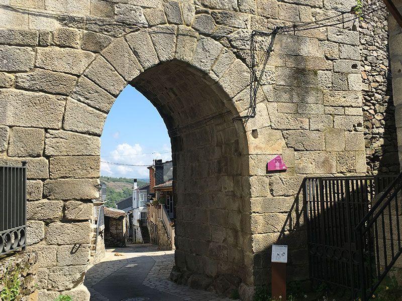 Villa medieval de Manzaneda - Trives - Porta da vila