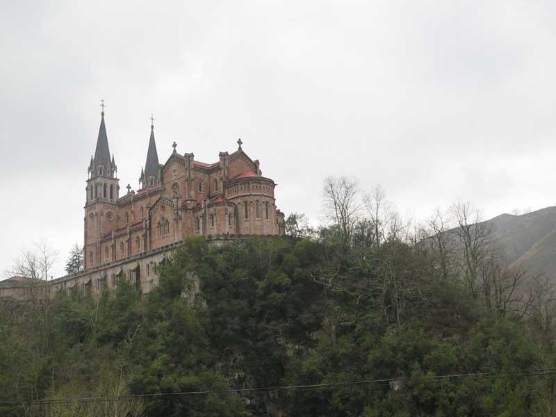 Vista general de la Basílica de Covadonga