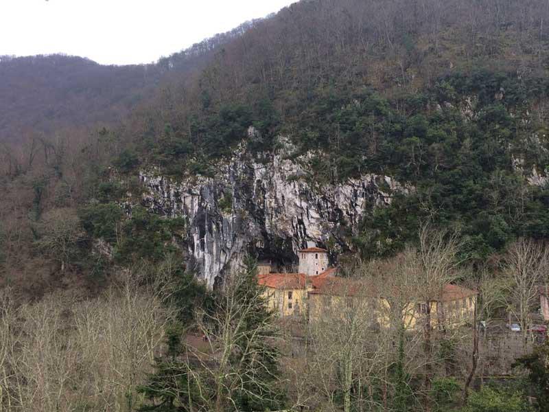 Panorámica de la Santa Cueva desde la Basílica