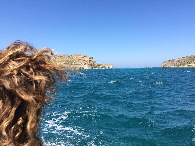 Visualizando a lo lejos la Isla de Spinalonga